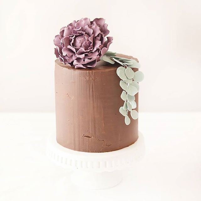 So I had a go at doing a chocolate ganache covered cake, not to bad for my first try but still lots to learn!!! First time doing sugar flowers for about three years #firstatempt #chocolateganache  #sugarflowers