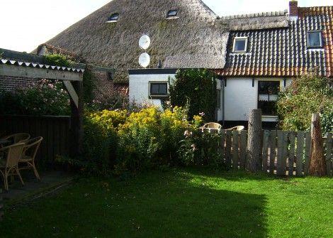 Kikkertsparadise  Description: Ophet oude gedeelte van Texel nl. de Hoge Berg natuurreservaatgebied ligt ons huisje. Op 300 meter ligt de Waddenkust en vele historische plaatsen. Vrij uitzicht ruimte bij het huisje. Mooie sterrenhemel. Accommodatie: 5 PERSOONS BOERENWONING;in de gezellige huiskamer bevindt zicheen bedstede een bankje en 3 losse stoelen. In de hoek is een steile ouderwetse trap naar boven waarzich nog een 2 persoonsbed bevindt.Met een ladekast. Aparte eetkeuken met eettafel…
