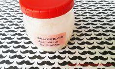Un'autoproduzione cosmetica davvero economica, semplice ed efficace: il dentifricio all'olio di cocco. Ho provato varie ricette di dentrifici in polvere e in pasta con l'argilla verde, il tè, l'alo...