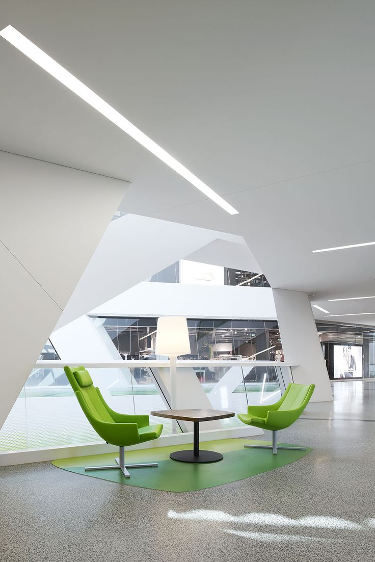 Eine bunte Mischung Sitzmöbel nach Kundenwunsch dient als Austauschort, Erholungszone oder Wartemöglichkeit.