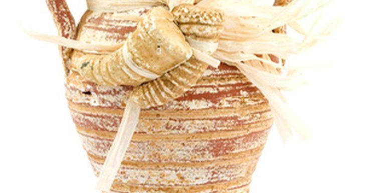 Cómo realizar agujeros en vasijas de arcilla . Las vasijas de arcilla son utilizadas con una gran cantidad de fines, comúnmente plantar flores y plantas. La vasija en si es un contenedor ideal para las plantas debido a su superficie porosa y la habilidad de retener los sólidos. Las vasijas de arcilla necesitan, no obstante, agujeros en el fondo para drenarse. Taladrar un agujero en una vasija ...