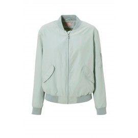 Frisse pasteltinten als mintgroen, lichtblauw en zachtroze zorgen voor een zomerse uitstraling van je outfit. Combineer dit frisse jasje met wit en licht grijs én je bent klaar voor de zomer. Ontdek meer: http://www.kledingvinder.nl/blog/kleur-bekennen-pastel