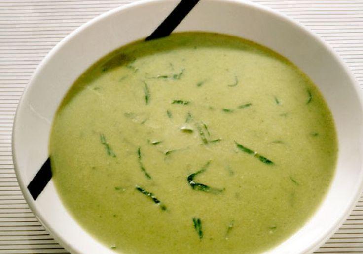 Prato de sopa de caldo verde com mandioquinha