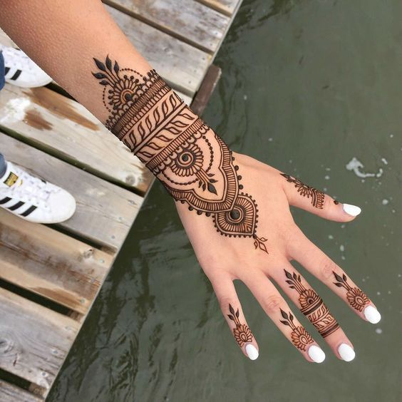 Synonyme de vacances, le henné revient cet été pour de jolies mains tatouées ! On vous explique comment le faire soi-même !     Focus: main, ongles vernis, tatouage henné, motif floral