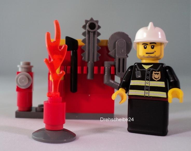 Die Feuerwehr ist nie weit weg, wenn es irgendwo brennt. Ein Feuer muss nicht ausbrechen, ehe dieser etwa 4 cm große Feuerwehrmann zu Hilfe eilt.  Es