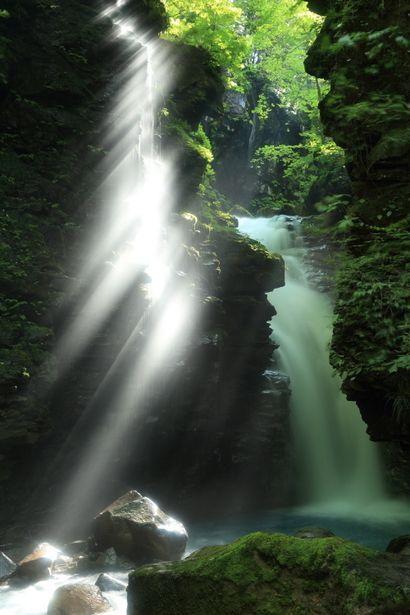 Yuhi Falls, Tochigi, Japan 岩間から漏れる光が綺麗・・!
