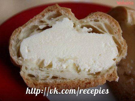 ЗАВАРНОЙ. 440 мл молока, 2 яйца, 1 стакан сахара, 2 ст. ложки муки, 2 ч ложки сливочного масла, 1 ч ложка ванили. В кастрюле смешать яйца с сахаром. Добавит муку, ванильный сахар и взбить до однородной массы.  В отдельной посуде молоко довести до кипения. Влить молоко тонкой струйкой в смесь помешивая. Смесь на огонь и варить до загустения. Остудить до комнатной температуры, добавить сливочное масло, взбить с помощью венчика и поставить на 15-20 мин в холод.