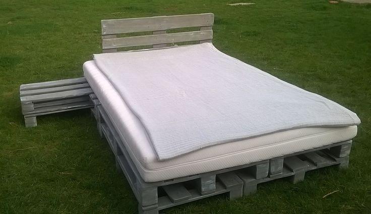 Meble z palet łóżko ze stolikiem nocnym z-eco