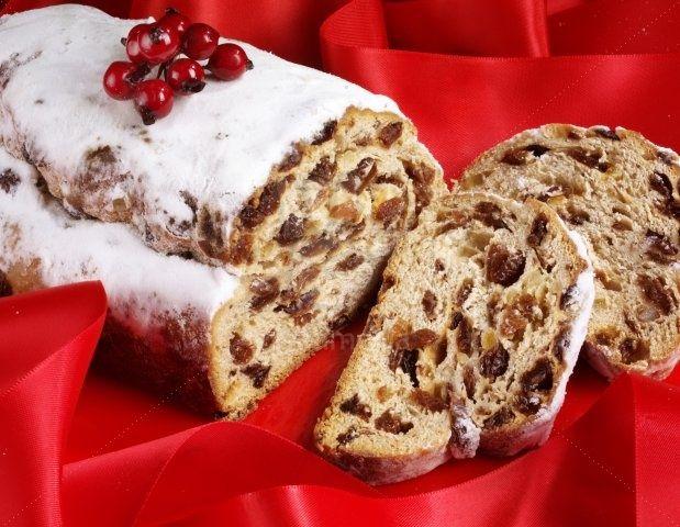 Stollen es un pan navideño alemán que contiene frutas confitadas, nueces y especias, y está cubierto con azúcar.