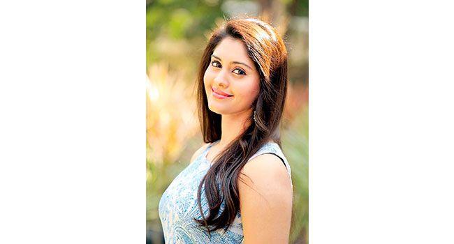 Meet tollywood actress Surabhi     మన తెలుగువారికి అనుకోకుండా 'బీరువా'లో దొరికింది సురభి! అక్కడెవరు దాచారబ్బా అని ఆరాతీయడం మొదలువపెడితే తమిళ డబ్బింగ్ సినిమా 'రఘువరన్ బీటెక్'లో కనిపించింది..http://bit.ly/1OkxxkV    #Surabhi #VasundharaKutumbam #VKGuest #GentlemanMovie #Tollywood
