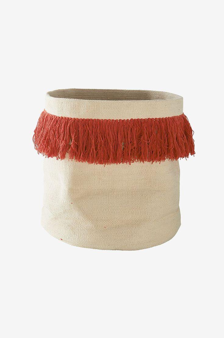 Dekorativ förvaringskorg i handvävd kelim med fransar i avvikande färg. Passar även som kruka för en avslappnad inredningsstil. Material: 100% bomull. Storlek: Höjd 50 cm, ø 50 cm. Beskrivning: Förvaringskorg i vävd kelim med fransar runt om. Tips/Råd: Använder du korgen som kruka? Placera då växten i en fuktsäker innerkruka.