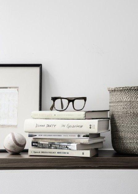 眼鏡の置き場所は積み本の上に