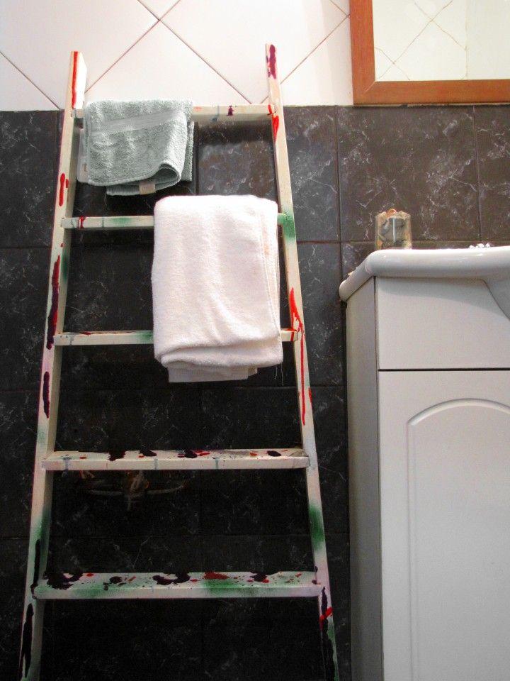 Antigua escalera de pintor rescatada de la calle y transformada en perchero o toallero. Pintada y barnizada. Se puede apoyar en el piso o bien colgar.
