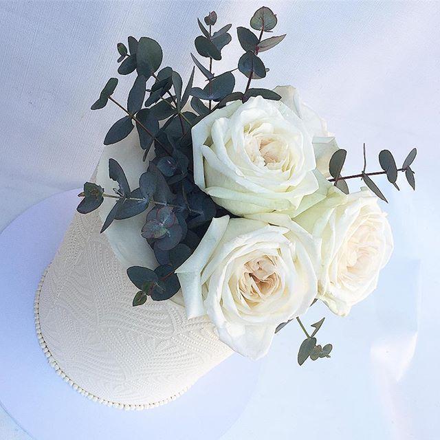 Love ♡ . . Beautiful flowers by @flowerswithdevotion . . #sweetlayers_ #sweetlayers #cake #sydney #sydneycakes #wedding #weddingcake #bride #bridetobe #engagement #mykenwood #kenwoodcooksco #breville #instagood #instagram #instacake #instalike #instadaily #mycupcakeaddiction #foodnetwork #tastemade #cosmopolitan #vogue