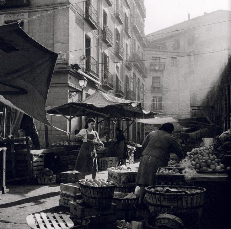 Madrid, Plaza San Miguel, Mayo de 1955..  Cas Oorthuys. Museo de la Fotografía de los Países Bajos. (Nederlands Fotomuseum) Rótterdam