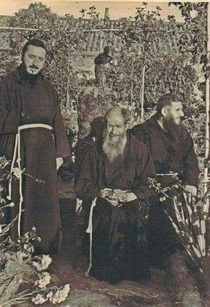 Sanluri : Fra Nicola da Gesturi con i suoi confratelli nel convento francescano. Fra Nicola, oggi beato,forse santo a breve.