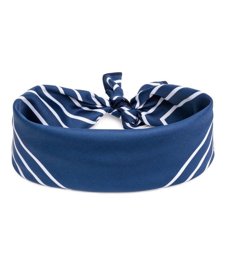 Kolla in det här! En vävd scarf med tryckt mönster. Scarfen kan knytas som hårband. Storlek 50x50 cm. - Besök hm.com för ännu fler favoriter.
