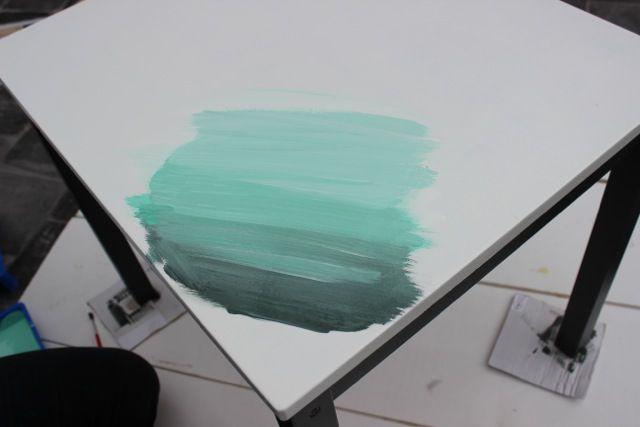 Stap 7: Trek nu in de nog natte, witte verf, strepen met de andere kleuren.