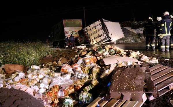 LKW-Anhänger auf eisglatter Innviertler Straße bei Krenglbach umgestürzt