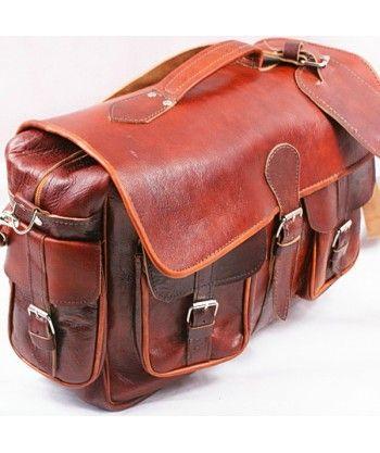 Wykonana ręcznie w Marakeshu torba podróżna ze skóry koźlęcej. Skóra jest wyprawiana i opalana w tradycyjny i naturalny sposób, bez użycia d...