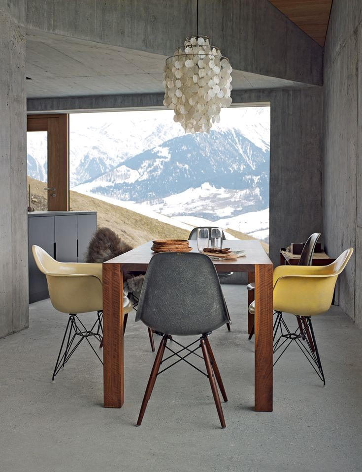 In Svizzera, lo chalet dei Wieser: vintage d'autore e rivestimenti in cemento // Wieser's Swiss chalet is full of design masterpieces and concrete • Project:  Hurst Song Architekten