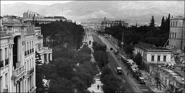 Η Βασιλίσσης Σοφίας, τραβηγμένη από ψηλά, κάποια στιγμή την περίοδο 1922-1930. Αριστερά διακρίνεται το Μέγαρο Παπούδωφ, και πλάι του το Μέγαρο Συγγρού στην αρχική του μορφή, όπως ακριβώς το σχεδίασε ο Τσίλλερ. Δεξιά το παλατάκι και στο βάθος το Μέγαρο Πεσματζόγλου. Η φωτογραφία πρέπει να είναι από την εποχή που ανάμεσα στα άλλα φτιάχνονται και τα λουλουδάδικα. Αρχείο: Situasionist Kati