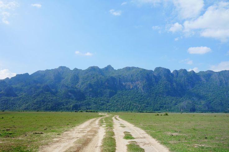Récit de mon passage au Laos en mai 2015. Vientiane, la capitale ainsi que le sud, exploré à moto (Khammuan et plateau des Bolovens).
