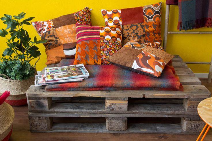 Handgemaakte kussens van het label Ookinhetpaars. Gemaakt van stevige meubelstoffen in verschillende oranje patronen.