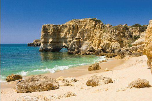 Je vindt adembenemende #rotsformaties op de goudkleurige #stranden in de #Algarve #TravelBird #Albufeira #strand #rotsen #kust #water #zee #oceaan #winterzon #zonvakantie