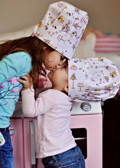 Chocolates Cake, Sisters Pictures, Sweets Kisses, Children, Adorable, Baby, Little Sisters, Cooking Kids, Siblings Photos