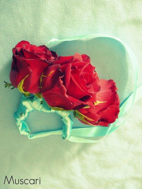 bransoletka kwiatowa z czerwonych róż dla druhny