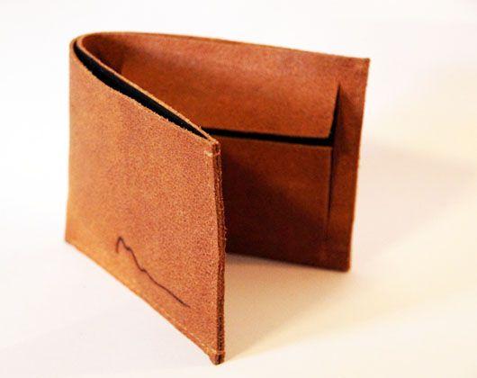 Een leren portemonnee voor brief- en muntgeld. Deze portemonnee heeft een groot vak voor briefgeld, een vakje voor muntgeld, 3 vakjes voor pasjes en nog 2 verborgen vakjes.  Materialen: leer, katoen Afmeting: (b)12,5 x (h)9 x (d)1,5 cm Prijs: € 57,50*