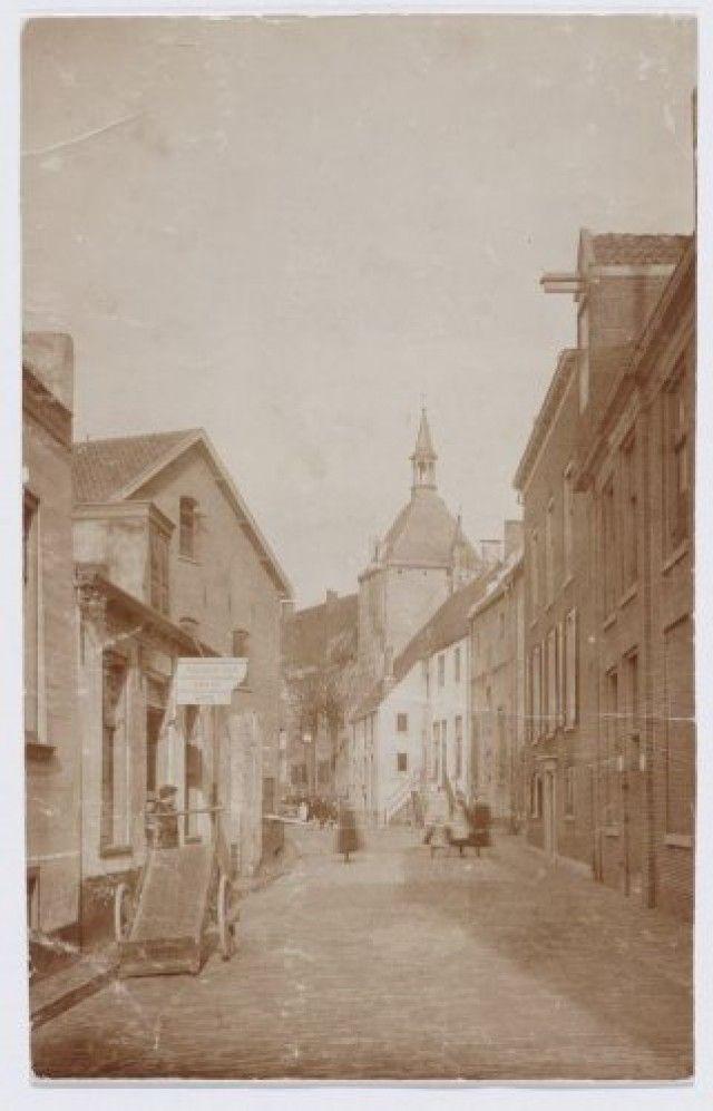 Muurhuizen 47 (Oud-Batavia) t/m 97 (Dieventoren) (vanaf rechts). Links het magazijn van de VPM (Pluimveemaatschappij).