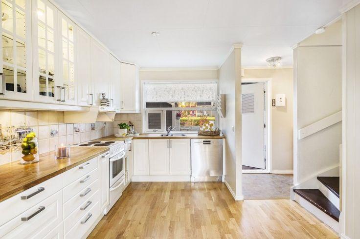 plan de travail cuisine en bois, armoires blanches et parquet en bois clair