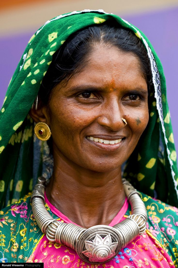 India | Maghwal woman wearing large silver necklace. Gujarat | ©Roland Vriesema.
