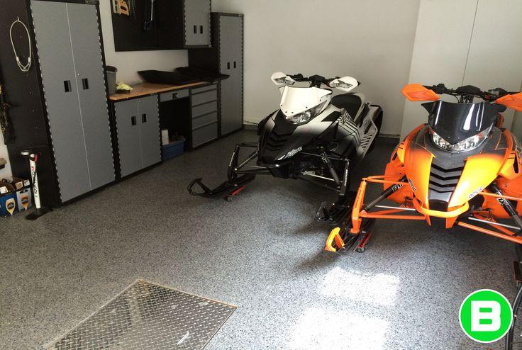 Plancher de garage en polyuréa avec flocon fait par Béton Surface! #plancherdegarage #motoneige #garage #polyurea