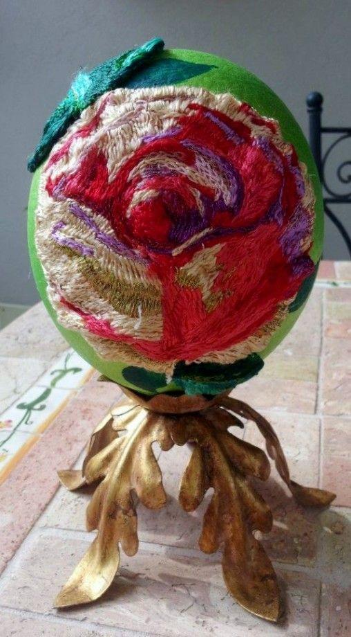 """""""La Rosa"""" - Uovo di struzzo realizzato con applicazione di ricamo"""