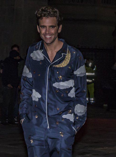 """Mika l'aveva annunciato su Facebook come il """"più grande pigiama party di sempre"""". E la pioggia non ha fermato le fan che si sono radunate in piazza Vecchia a Bergamo, tutte in pigiama, per la registrazione della sigla del nuovo programma dell'artista - GUARDA IL VIDEO"""