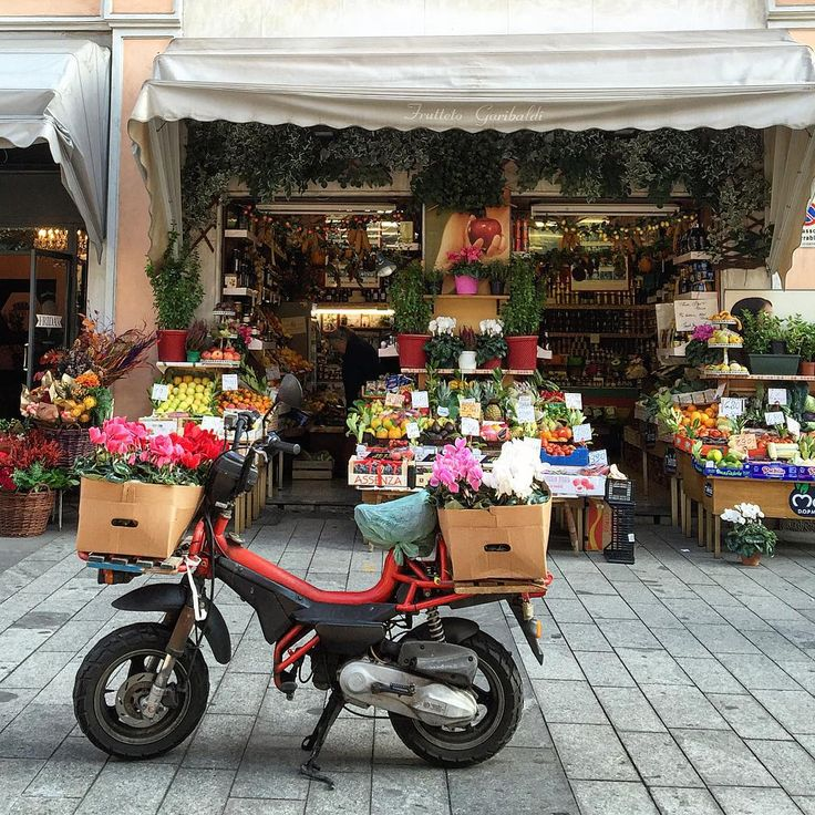 Fresh start of this Saturday!!Have a lovely weekend everyone!   #milan #milano #igersmilano #milanodavedere #milaninsight #fruttivendolo #volgolombardia #vivo_italia #ig_italia #instaitalia #milanobella #ciclamini #motochick #tasteintravel #милан #италия #блогер by walkingmilan