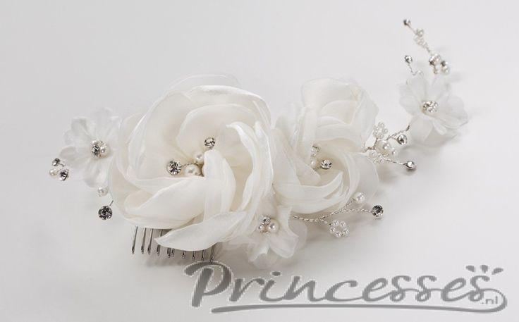 Sierlijke haarkam met bloemen en diamantjes.