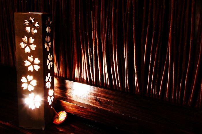 瓦素材のランプシェード。 料亭などにあったらすごくエモーショナルですね。 情緒を感じさせる自然素材っていいな。