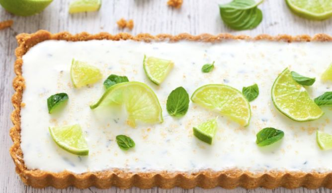 La ricetta della torta mojito da provare e per deliziare gli amici che adora il gusto inconfondibile di lime, mena e rum