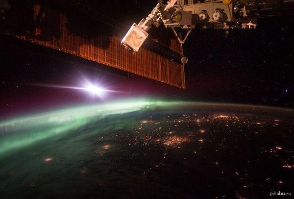 Космонавту Скотту Келли удалось сфотографировать с борта МКС зеленые огни северного сияния, именуемого «Аврора Бореалис». Баянометр молчал