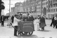 Продажа газированной воды на улице Горького, 1938 год