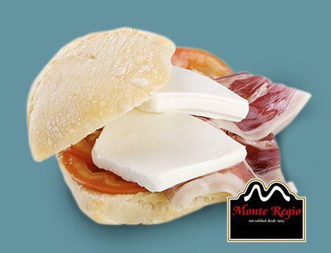 ¡Buenos días! Mini sandwich de jamón ibérico #MonteRegio, queso fresco y tomate #juevesconJdejamón
