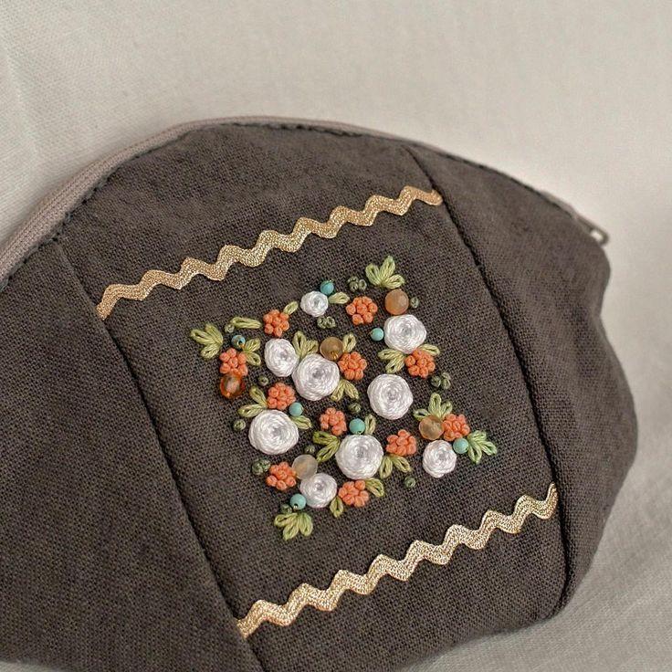 "484 Likes, 1 Comments - 【atelier Ao】 Mayu (@atelier.ao) on Instagram: ""* 白い薔薇をデザインした刺繍を、ポーチに仕立てました。 * * * フランスのヴィンテージ飾りリボンをつけました。品良く光るゴールドです。 * * *手縫いでチクチク * * #カーネリアン…"""