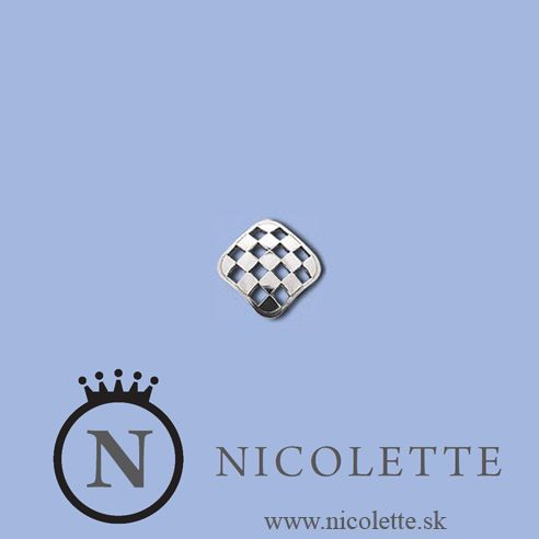 Strieborné náušnice so šachovnicovým vzorom sú decentným doplnkom a ozdobou uší.