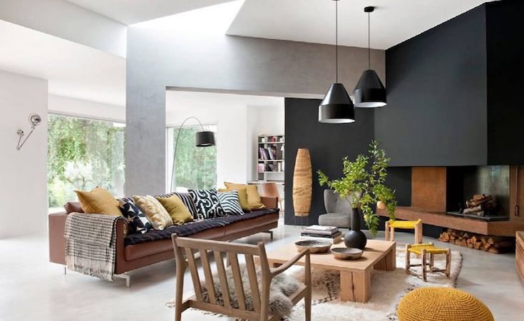 deco jaune curry appartement moderne peinture noire deco cheminee acier corten canape cuir marron #interiordesign