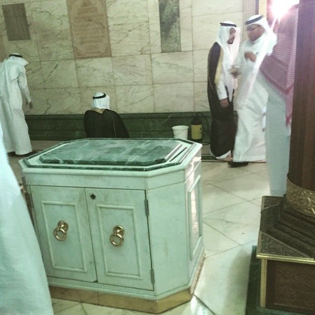 Inside the Ka'ba: Yasser Ahmad who was fortunate to enter the Ka'ba on the 30th of May 2015 has posted some photos from inside the Ka'ba on his instagram account along with Arabic captions describing the photos. A table upon which Bakhoor (fragance) is placed.