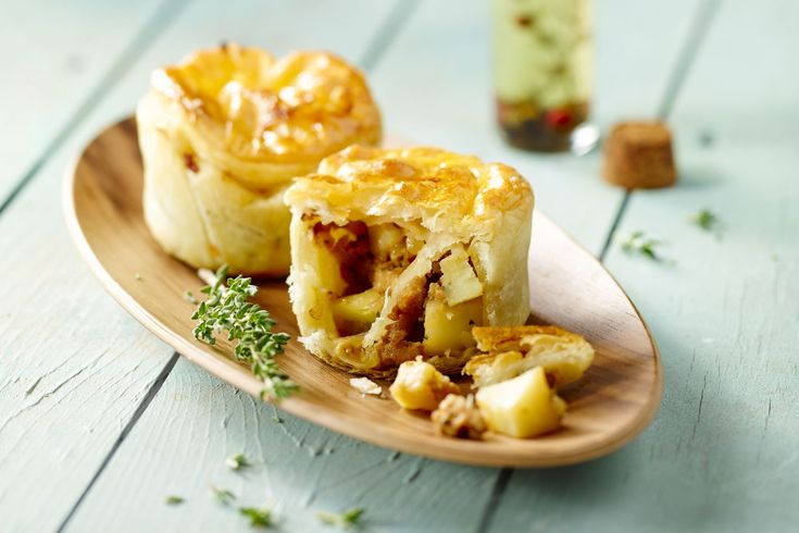 Deze hartige taartjes worden gevuld met gehakt, kruiden en graantjesmosterd. Een heerlijk pasteitje als lunch of als voorgerecht met een slaatje.